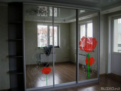 Шкаф-купе с зеркальными дверцами с рисунком и боковыми полка.